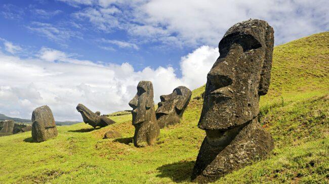 Påskön tillhör Chile och är värd ett besök för sin märkliga historia och massiva stenfigurer.