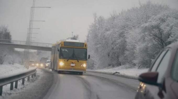 Bussen åker runt i Stockholm och hämtar upp barnen. Foto: Kalla fakta/TV4