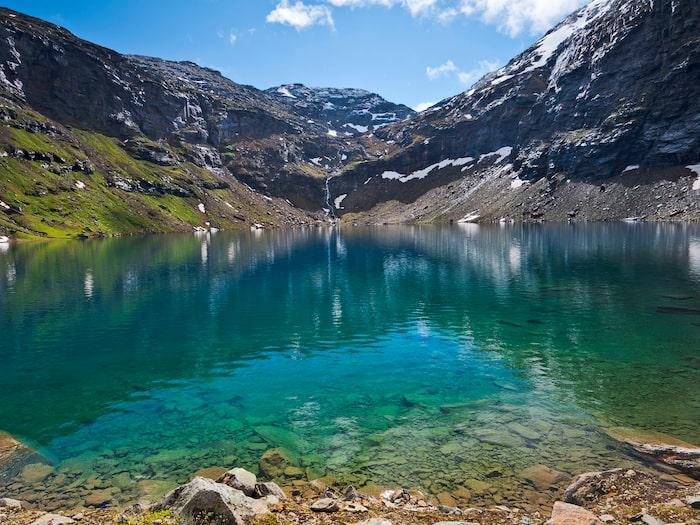 Trollsjöns klarblåa vatten påminner om...