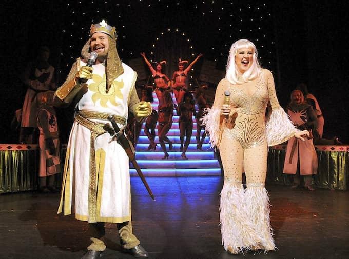 Kung Arthur och Damen i Sjön (Henrik Dorsin, Nina Söderquist) i ett starkt shownummer i Monty Python-musikalen på Oscars i Stockholm. Foto: MIKAEL BOHLIN