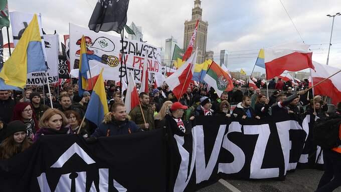 Tiotusentals personer från den yttersta högerkanten deltog på lördagen i en nationalistisk demonstration i Warszawa. Foto: CZAREK SOKOLOWSKI / AP TT NYHETSBYRÅN