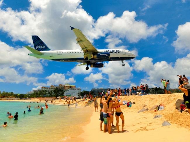 I årtionden har flygintresserade turister flockats på Maho Beach på den den holländska delen av den karibiska ön Sint Maarten (den andra delen av ön är fransk och kallas Saint Martin).