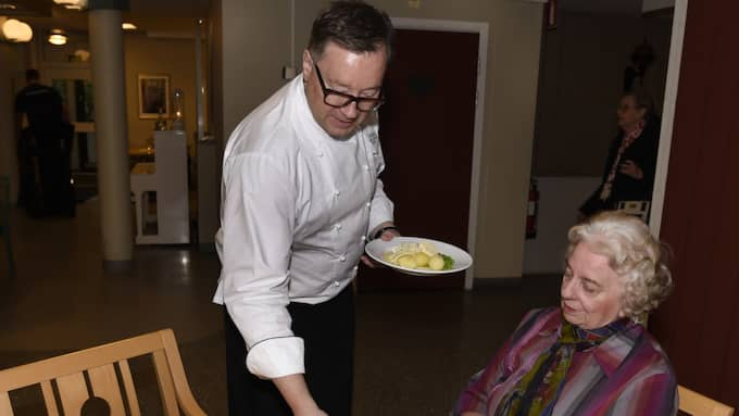 Ing-Britt Hallén var mycket nöjd med maten som Ulf Wagner bjöd på. Foto: Tommy Holl