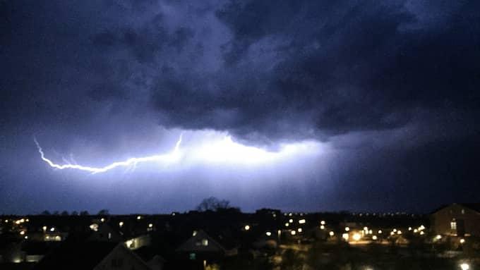 Mörka moln tar sig in över Sydsverige. Foto: KAJSA LOMAN / LÄSARBILD
