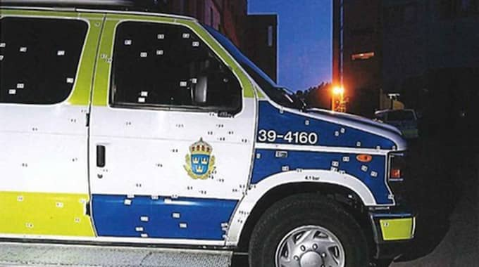 I polisbussen som attackerades med en handgranat. Foto: Polisen