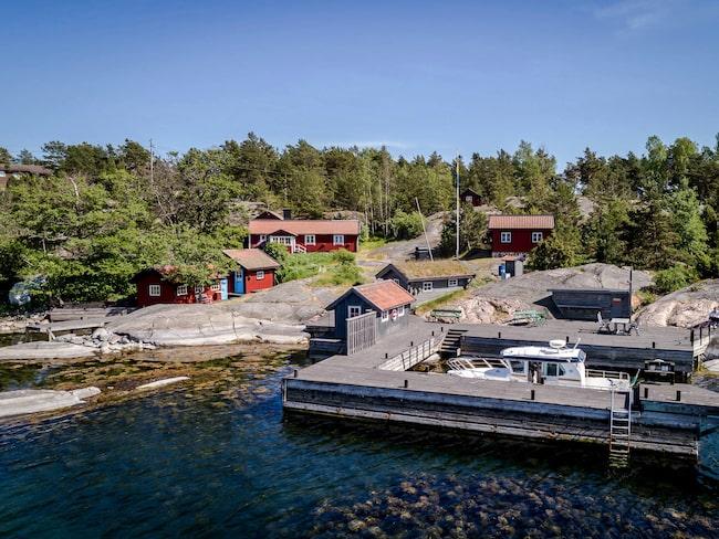 """Fiversättraön, eller """"Stråholmen"""" som ön kallades i filmen S.O.S- en segelsällskapsresa är nu till salu."""