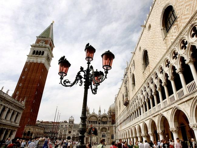 Markusplatsen i Venedig har länge haft ett problem med dyra restaurangnotor.