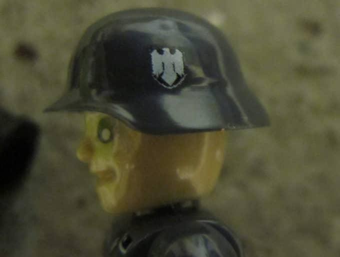 Figurerna har välkända nazistsymboler på sina uniformer, som det nazistiska järnkorset och på hjälmarna sitter örnen som var Nazitysklands statsvapen. Foto: Läsarbild/71717