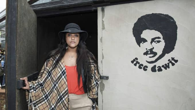 Dawit Isaaks dotter Betlehem Isaak utanför den cell-replika som nu ställs ut vid konstcentret Bozar i centrala Bryssel. Foto: Olle Sporrong
