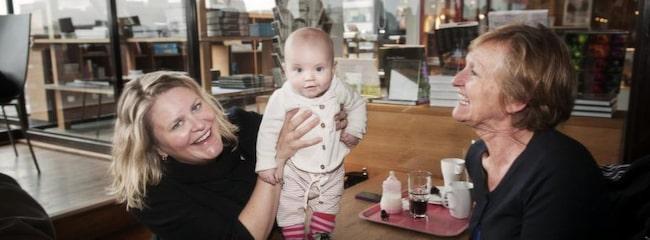 """Eva-Karin Anderman, 37, Stockholm, är mamma till Ida-Li, 4 månader. Hon fikar med kollegan Inger Jonasdotter, 63. """"Om jag blir serverad Östersjöfisk skulle jag inte tacka nej"""", säger Eva-Karin."""