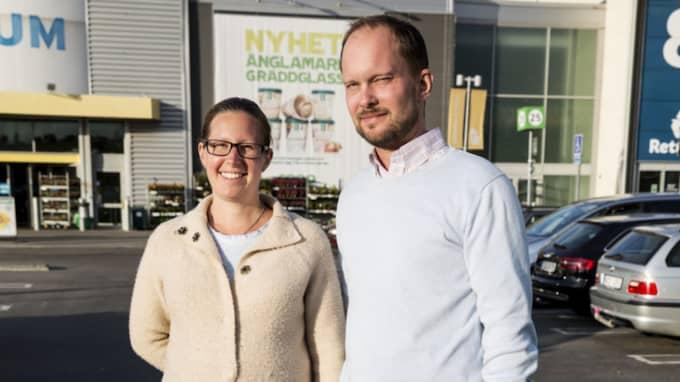 """Hur tror du att din ekonomi påverkas det närmaste året? Caroline Jonsson, 33, hovmästare, Bromma: """"Jag ska gå på mammaledighet så jag kommer få en sämre ekonomi."""" Mikael Blomgren, 40, IT-konsult, Bromma: """"Jag tror den blir oförändrad"""". Foto: Linn Hedesström Blad"""