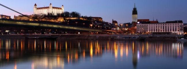 Bratislava slott, med rötter från 800-talet ligger intill Donau, och är mycket vackert på håll.