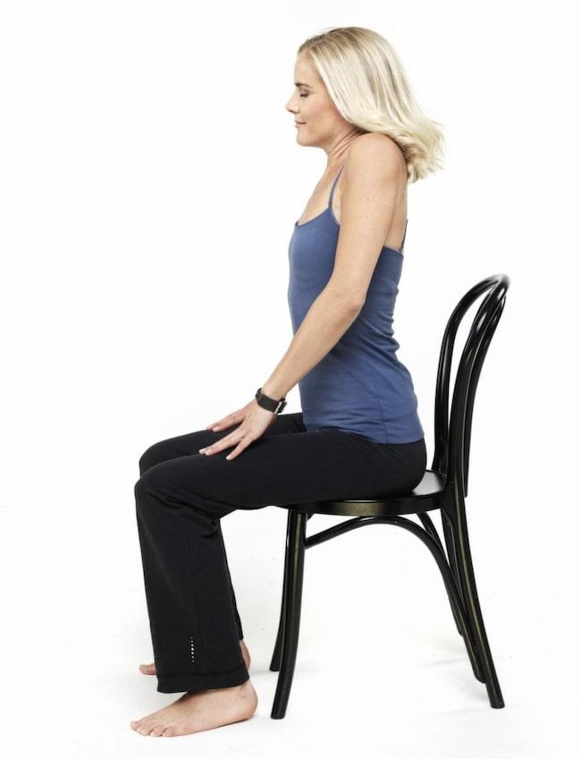 1. Skulderrullning. Detta är en mycket avstressande stretchövning för skuldror, axlar, leder och hjärta som bland annat kan sänka ditt blodtryck. Balanserar sköldkörtel och bisköldkörtel. Sitt med rak rygg och slutna ögon. Lyft axlarna högt, dra dem bakåt, rulla ner, dra dem framåt och sedan upp igen, långsamma stora cirklar, 1-3 min. Andas in när axlarna går uppåt/bakåt, andas ut när de går neråt/framåt. Vila.