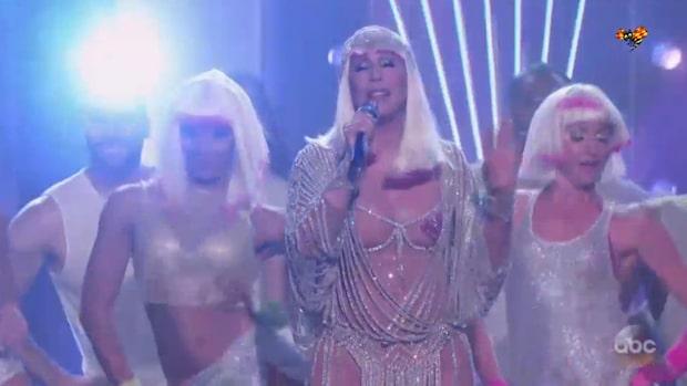 Cher hyllas efter vågade numret