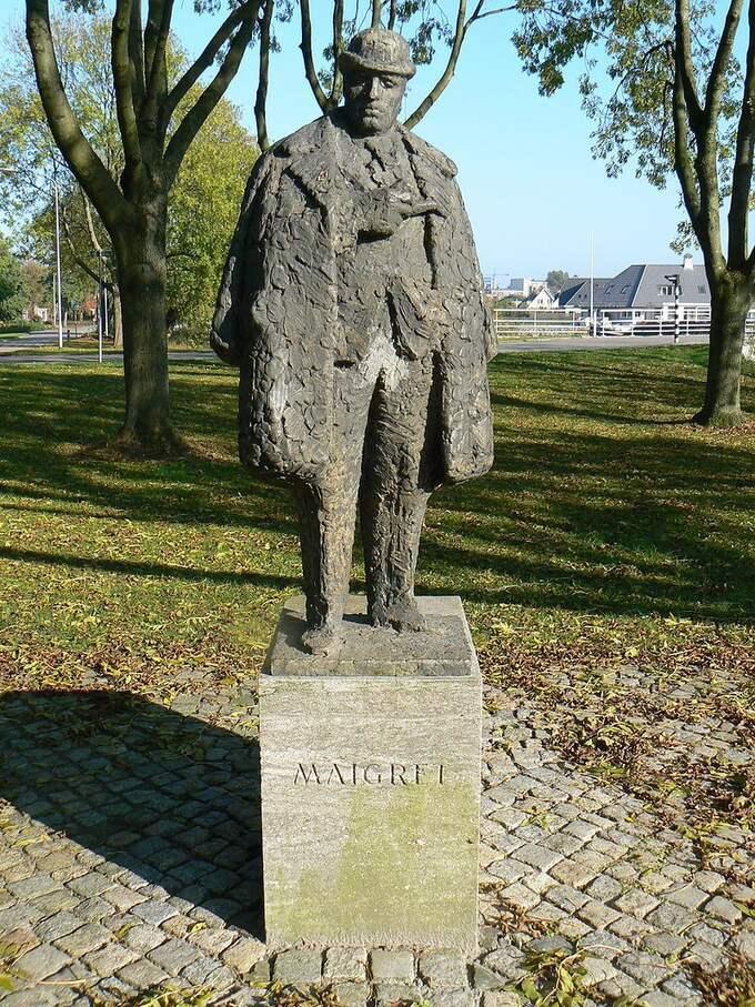 Kommissarie Maigret som skulptur av Pieter d'Hont i nederländska Delfzijl.