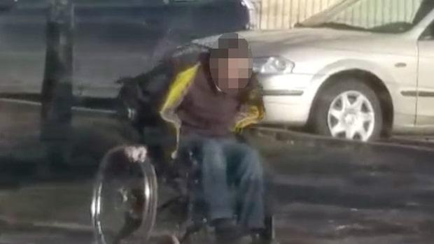 Sitter i rullstol - plötsligt reser han sig upp