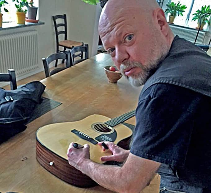 Peter Lemarc signerar gitarren som auktionrades ut för cirka 10 000 kronor. Pengarna gick till Carin Ahlanders kamp för att rädda sitt liv. Foto: DAN SKAVHELLEN, Rock mot cancer Hjo