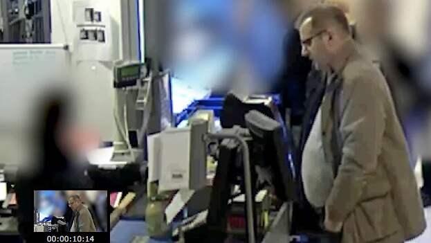 Den här mannen går runt i olika butiker i Oxelösund och Nyköping och handlar och gör uttag på stora belopp från kvinnans konto.