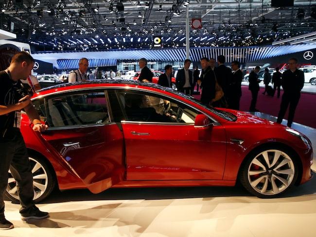 Tesla Model 3 drar stor uppmärksamhet på bilmässan Paris Motor Show. Snart ska modellen lanseras i Europa.